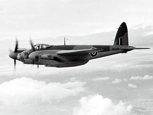 تخته چند لا و بمب افکن پشه انگلیسی de Havilland Mosquito